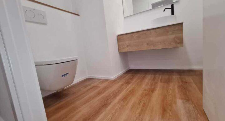 Reforma de baño con inodoro suspendido